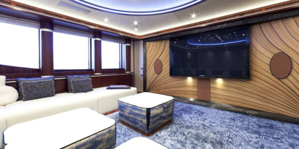 17_Quattroelle_mega_luxury_motor_yacht_charter_LURSSEN